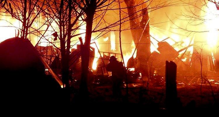 Ardua labor de los Bomberos Voluntarios para apagar el incendio.